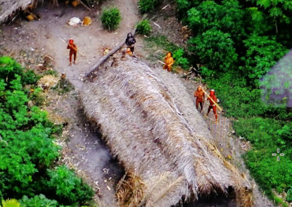 Un gruppo di indigeni nella valle di